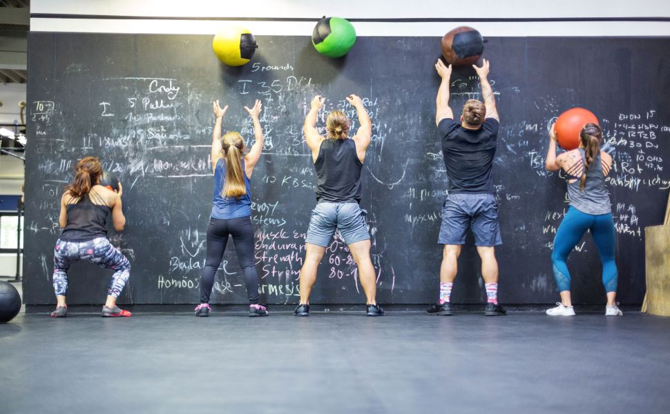 athletes realisant des wall ball fitness et crossfit